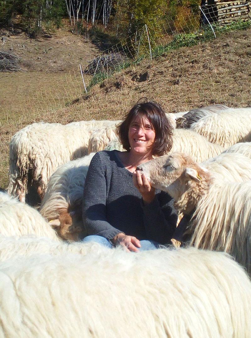 Noémie, bergère de la Bergerie de l'Eolienne - partenaire de l'épicerie Rive-bio à Annecy